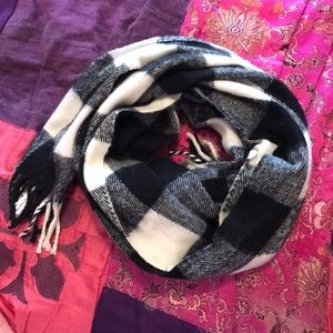 Macy's Accessories - Black And White Scarf 💫